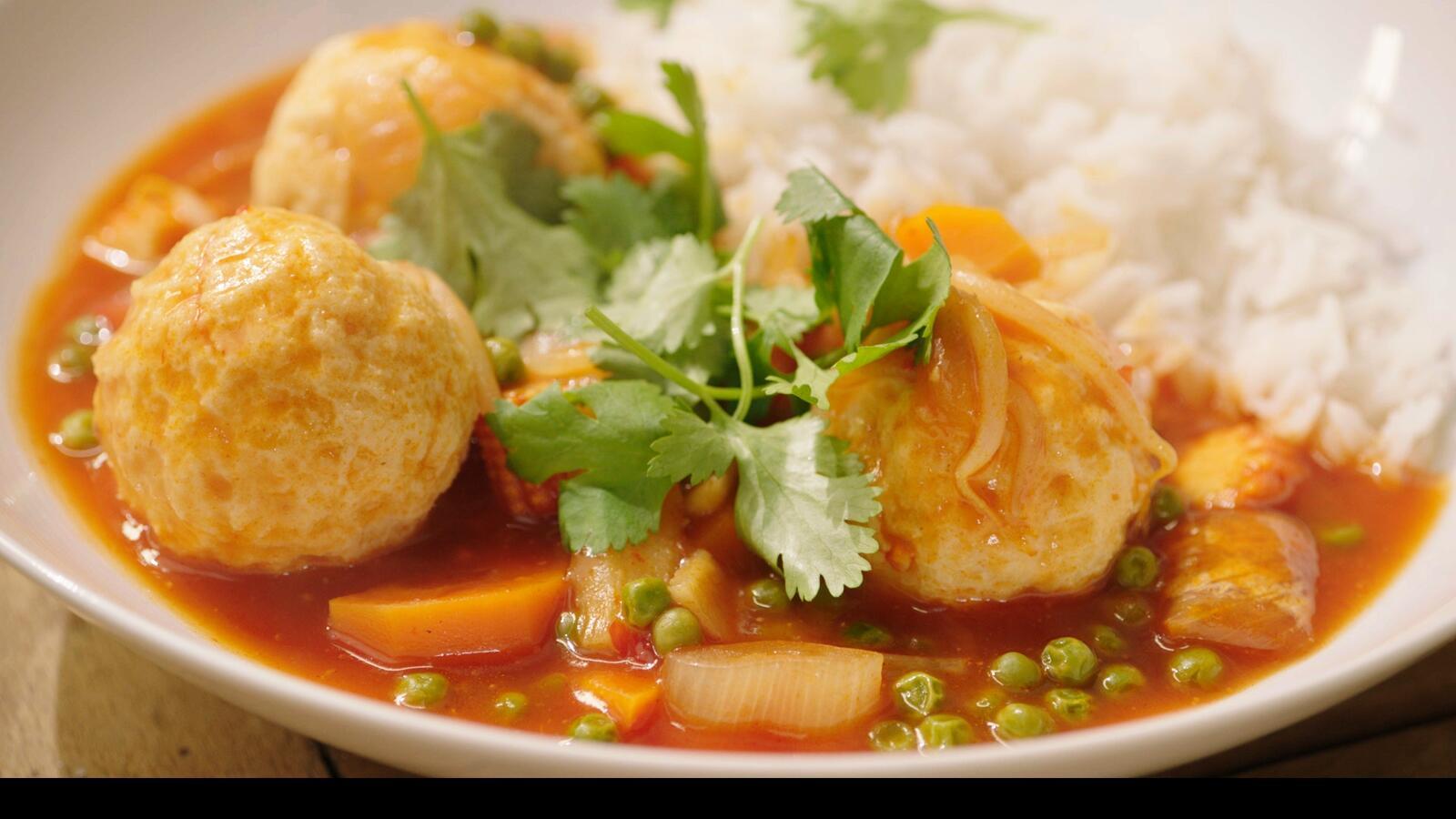 Visballetjes in zoetzure saus met rijst