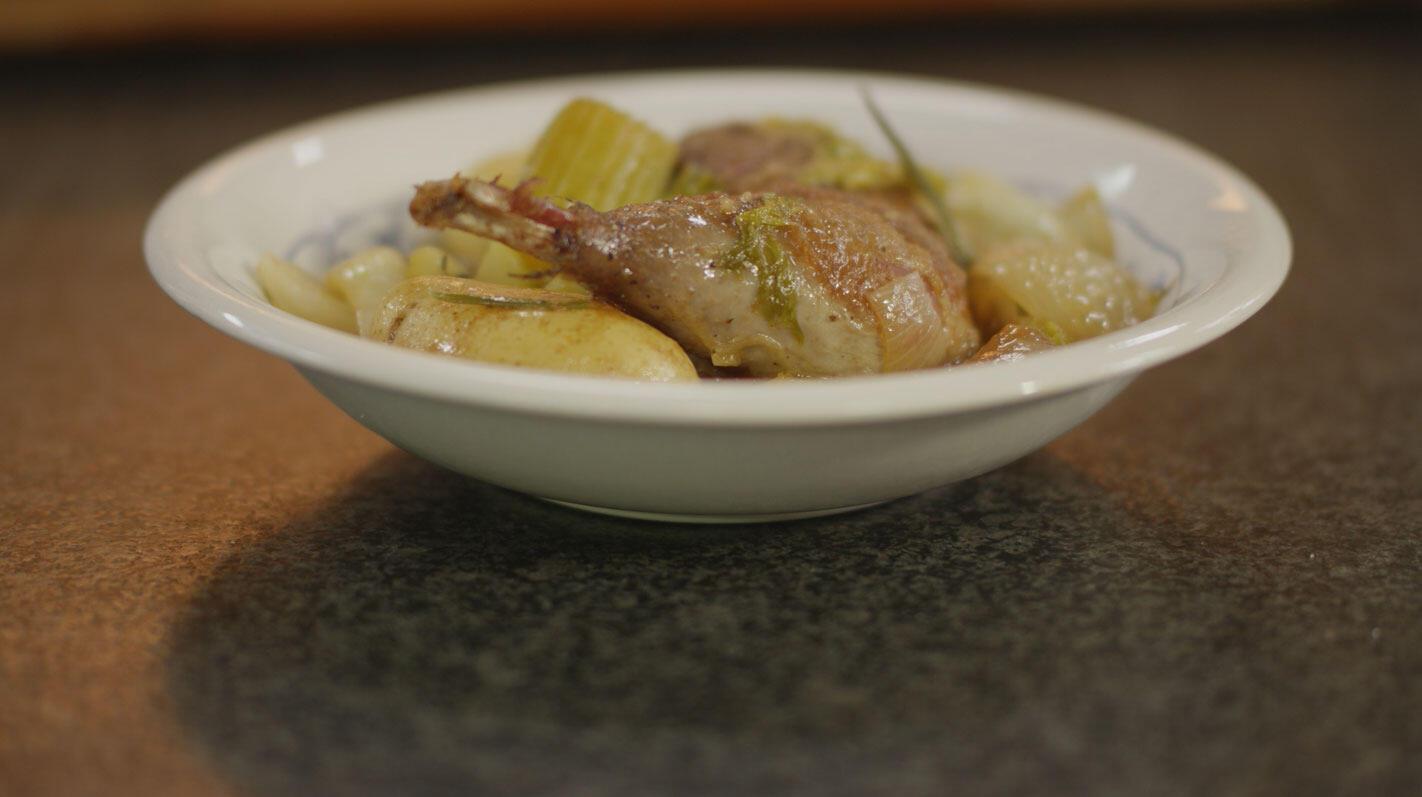 Parelhoen met aardappelen, ui, rozemarijn en look