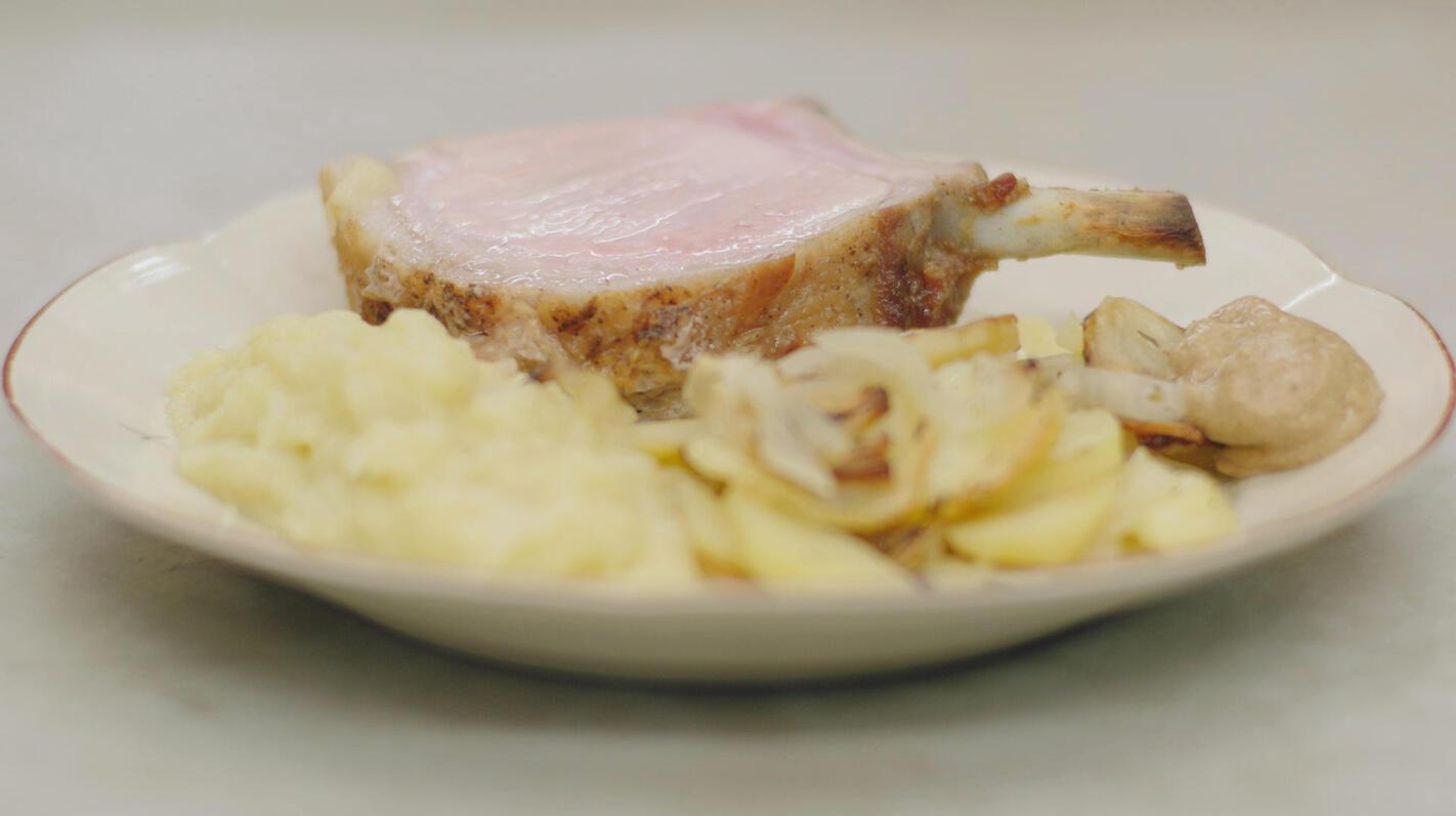 Varkenskroon met pommes à la boulangère en appelmoes
