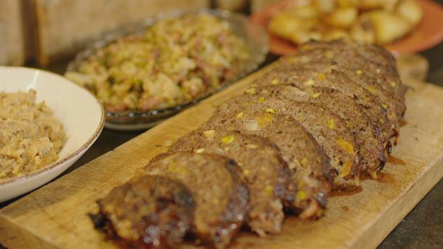 Kerstgehaktbrood, knolselderpuree en kool met spekjes