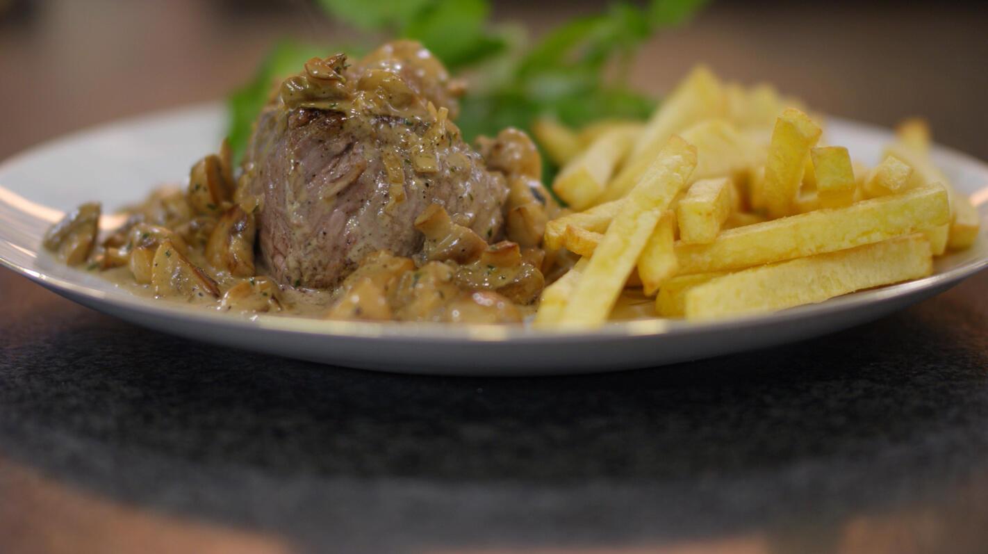 Steak-friet met champignonroomsaus