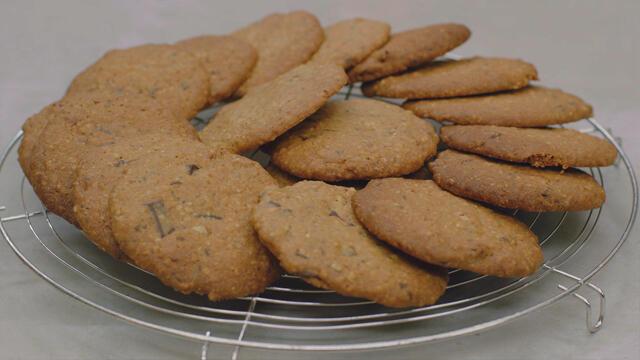 Chocoladekoekjes met pecannoten en gekonfijte sinaasappel