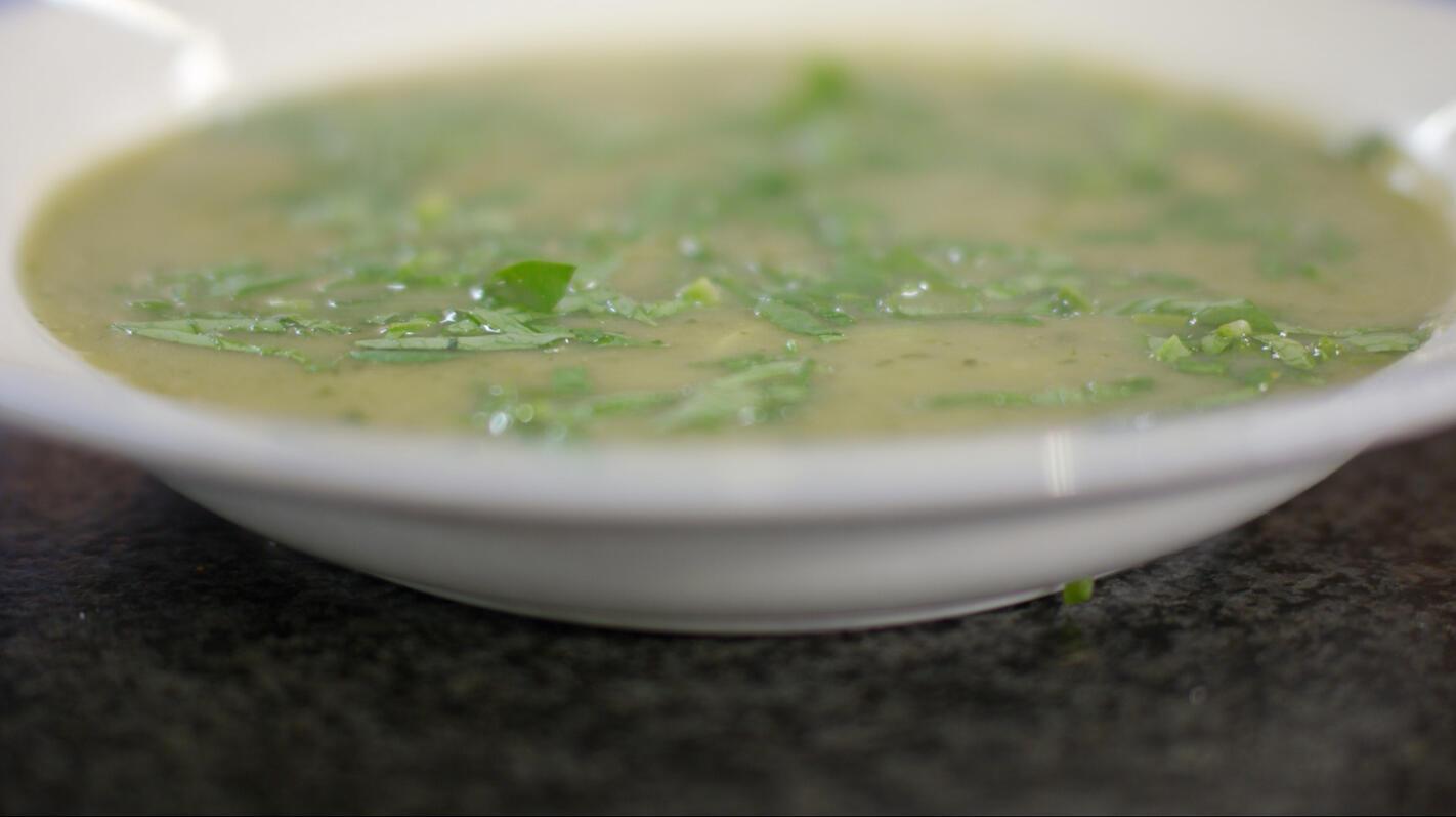 Courgette-waterkerssoep met blauwe kaas