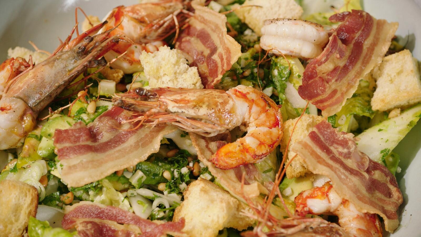 Salade met witloof, gamba's en spek, pesto van peterselie en pijnboompitten