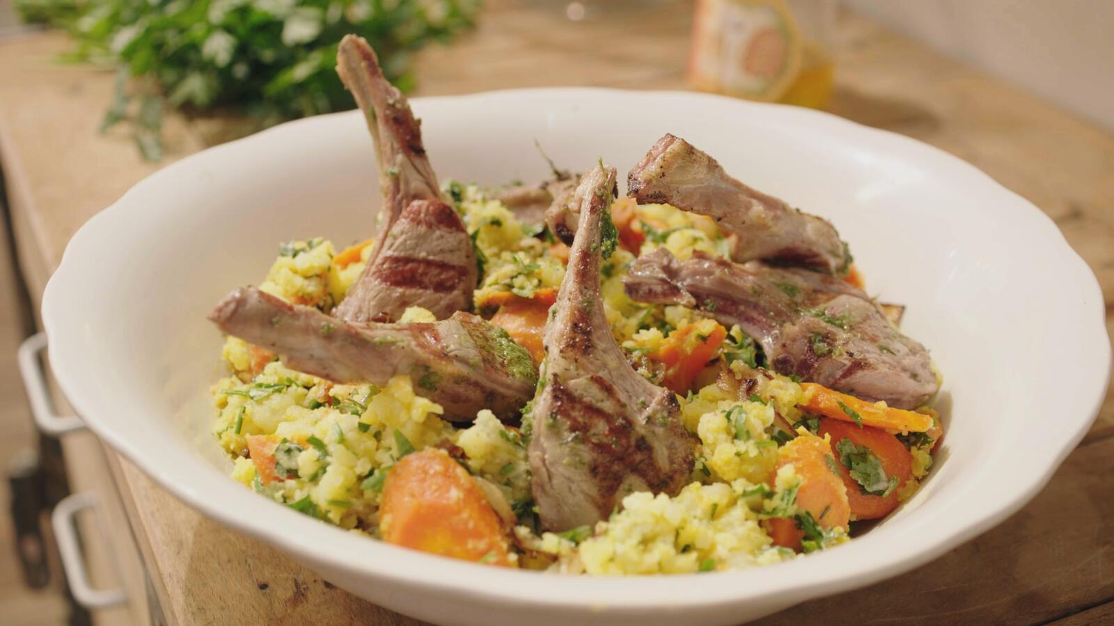 Lamskoteletjes met ras el hanout-puree en wortelen