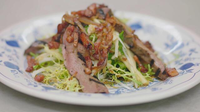 Kalfslever op de grill, salade met appel en saus met spek