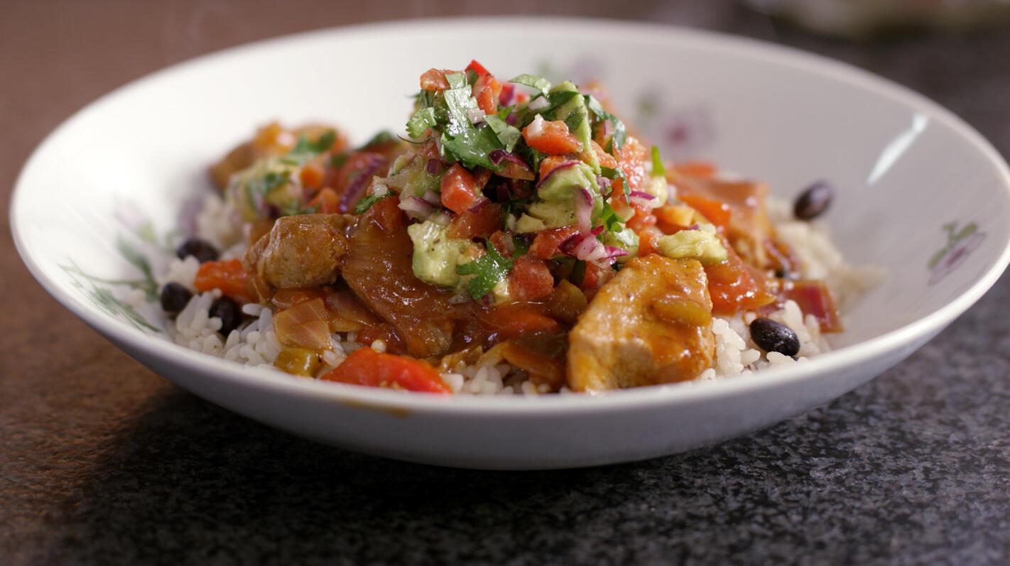 Mexicaanse rijst met varkensblokjes en koude salsa