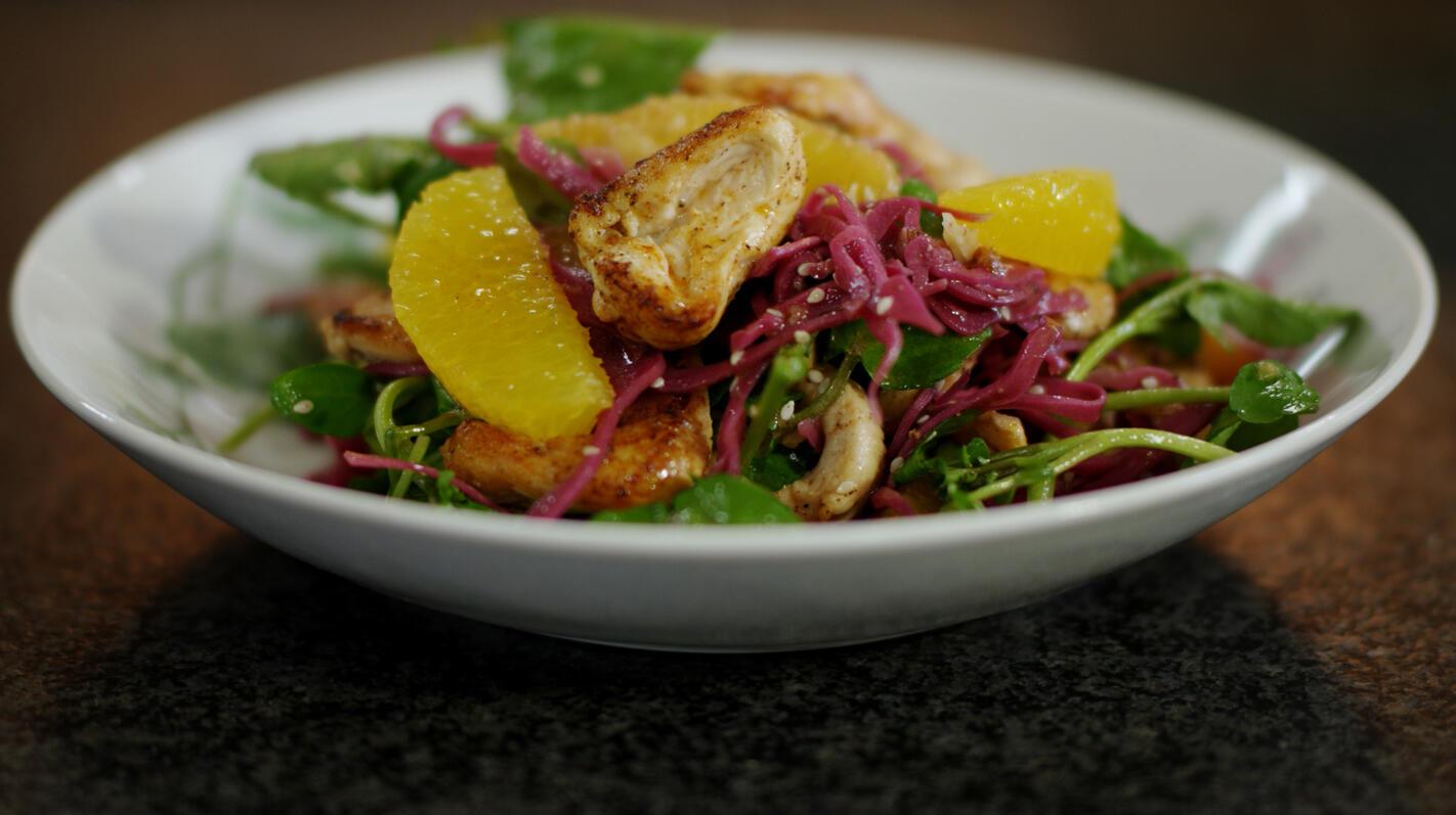 Salade van gemarineerde rode kool met kip
