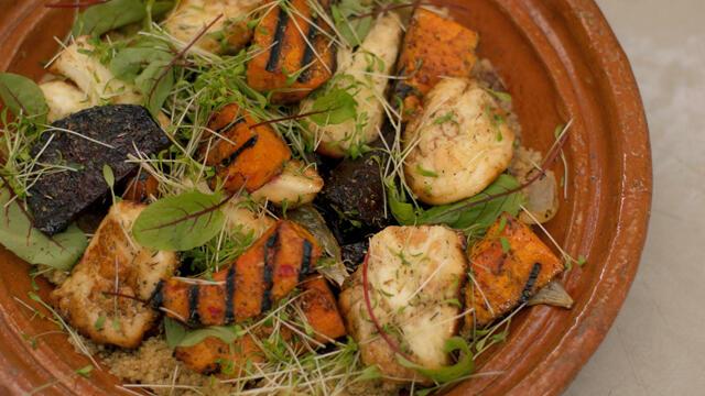 Gekaramelliseerde halloumi met gegrilde wintergroenten en quinoa