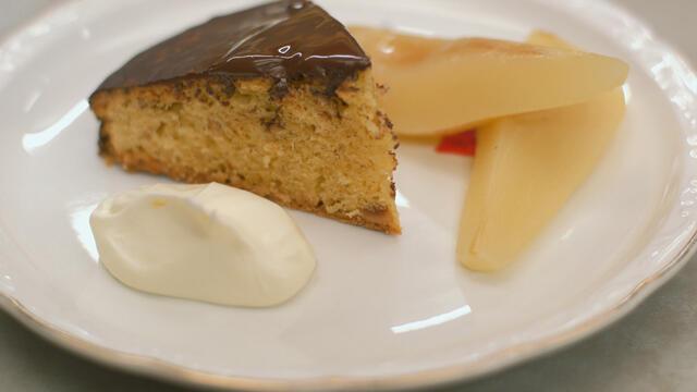Hazelnotencake met chocolade en gepocheerde peren