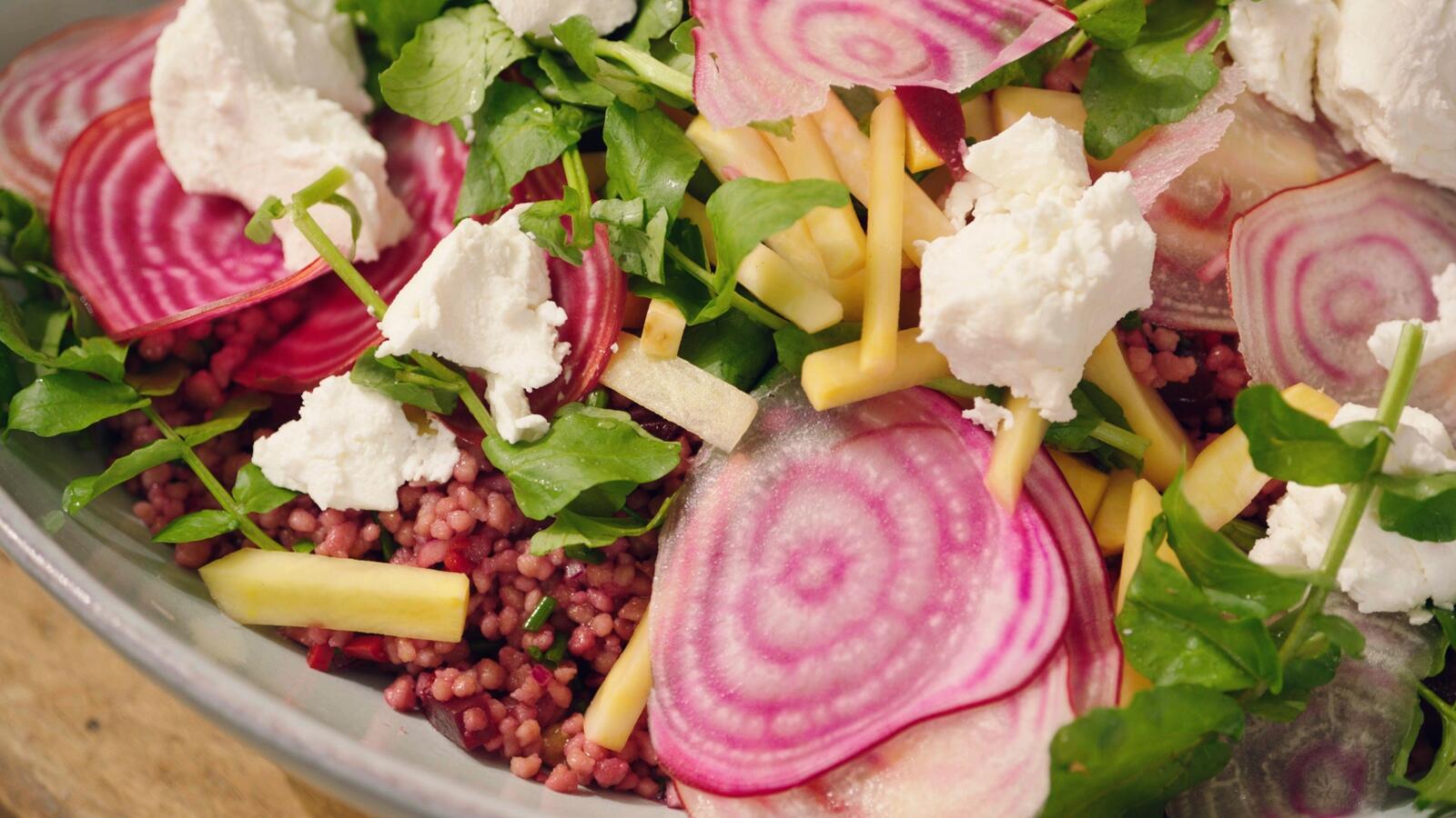 Salade met couscous, verse geitenkaas en bietjes