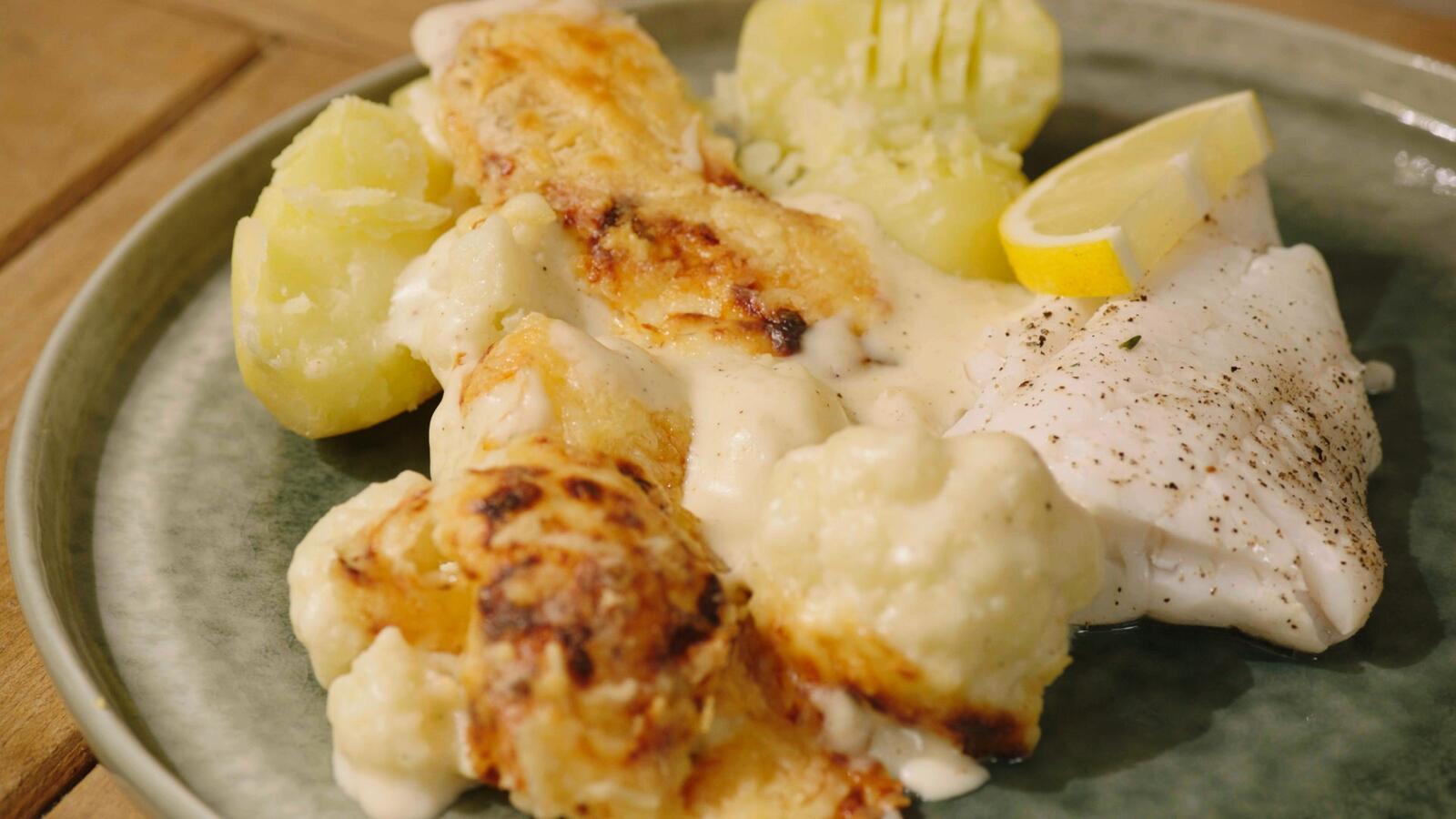 Gepocheerde wijting met bloemkoolgratin en gekookte aardappelen