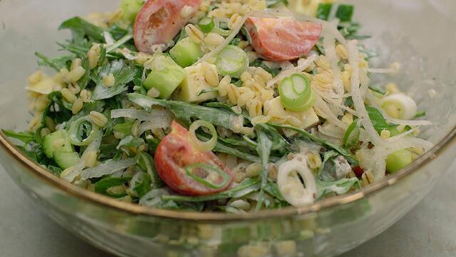 Take-away salade met gestoomde tarwe en komijnkaas