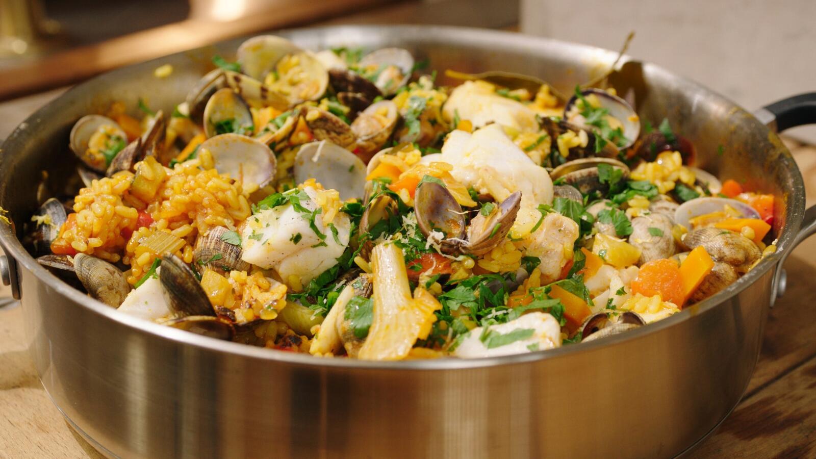 Paellarijst met zuiderse groenten, kabeljauw en schelpjes