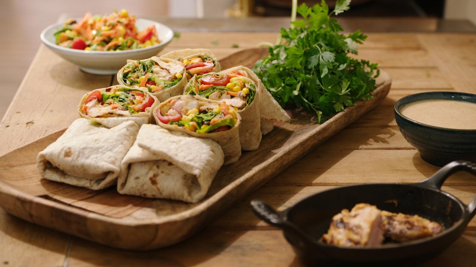 Burrito met kip en een Mexicaanse salade