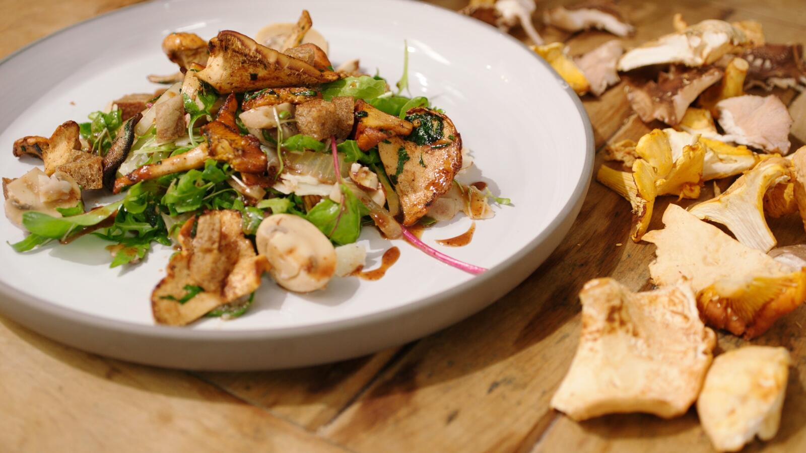 Salade met boschampignons en roggecroutons