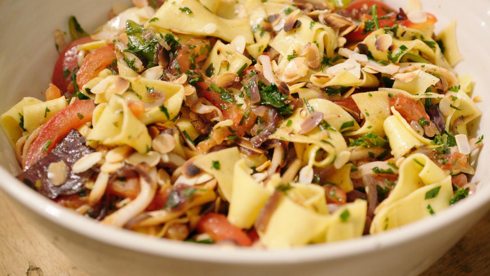 Pittige pasta met pijlinktvis, tomaten en peterselie