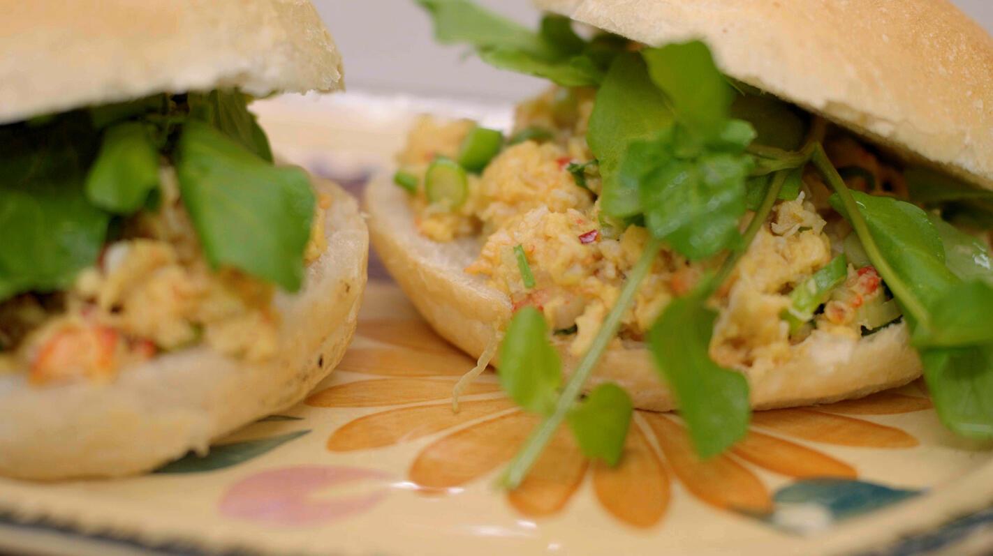 Brunchbroodjes met roerei en krab