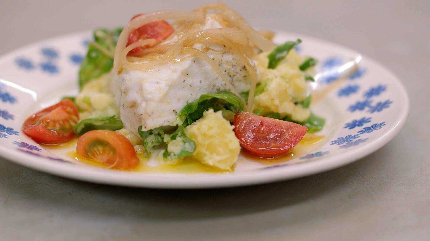 Gestoomde zeewolf met geplette aardappel en groenten