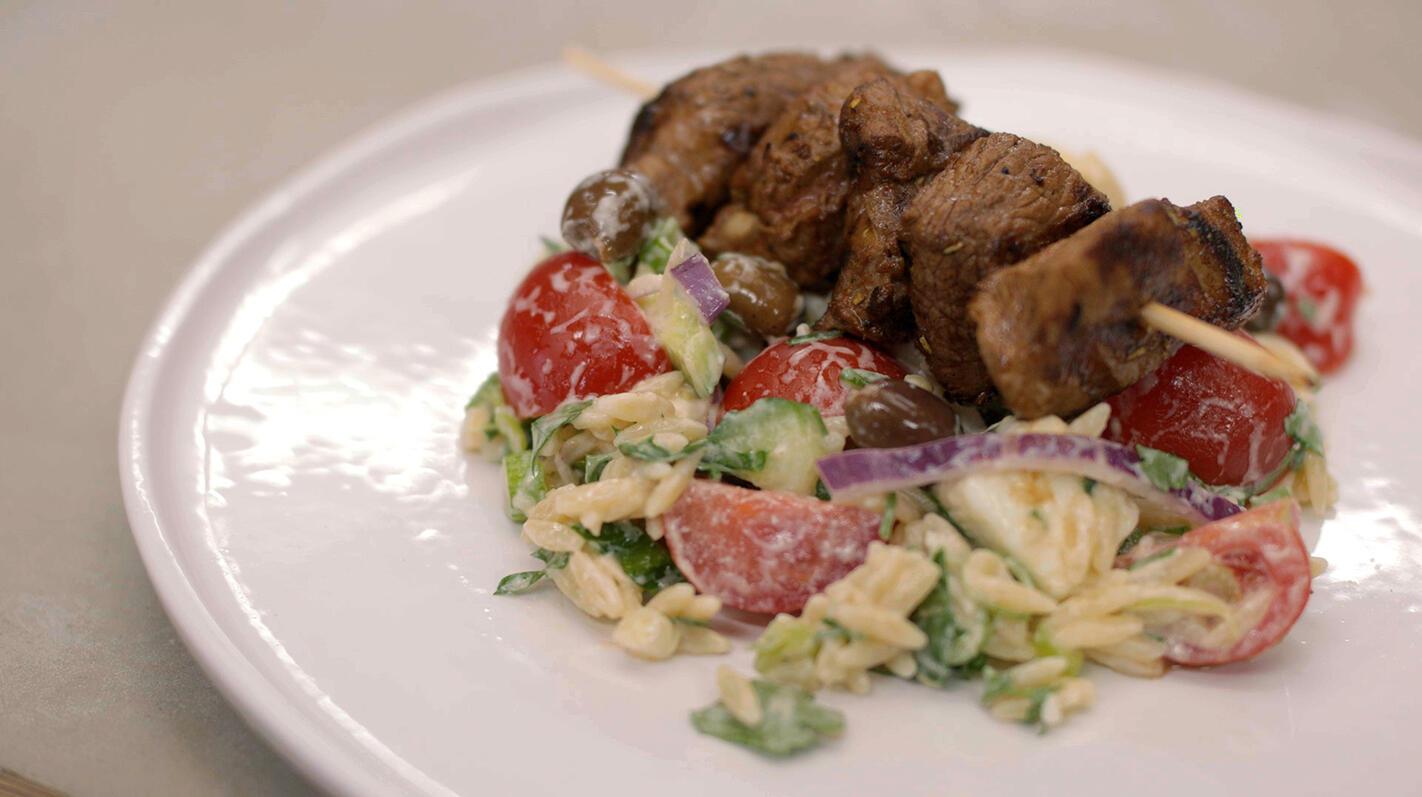 Souvlaki van lamsvlees met groenten en Griekse pasta