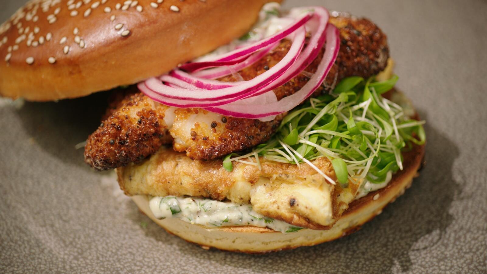 Fishburger met gepaneerde schelvis