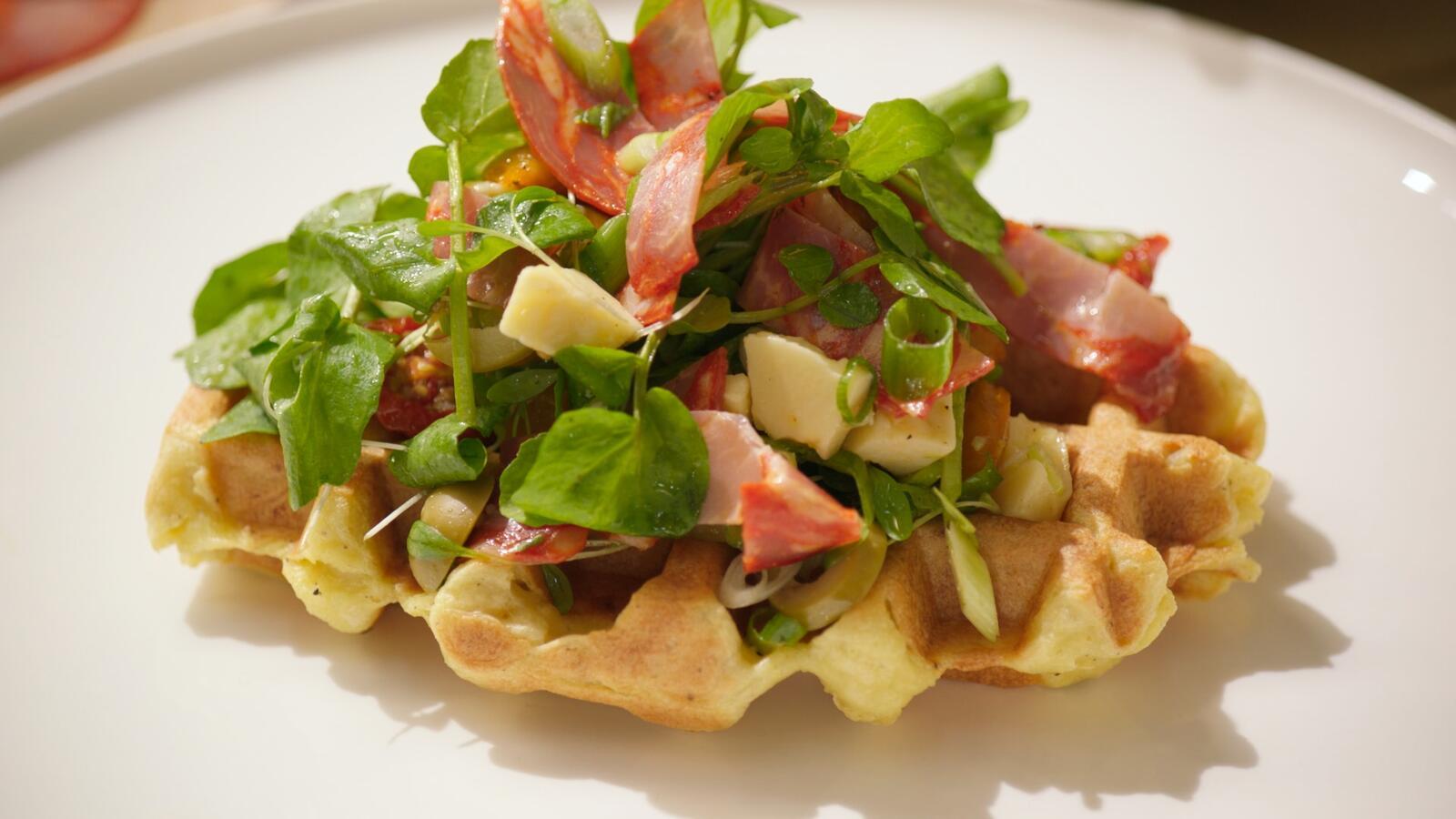 Aardappelwafel met chorizosalade en cheddar