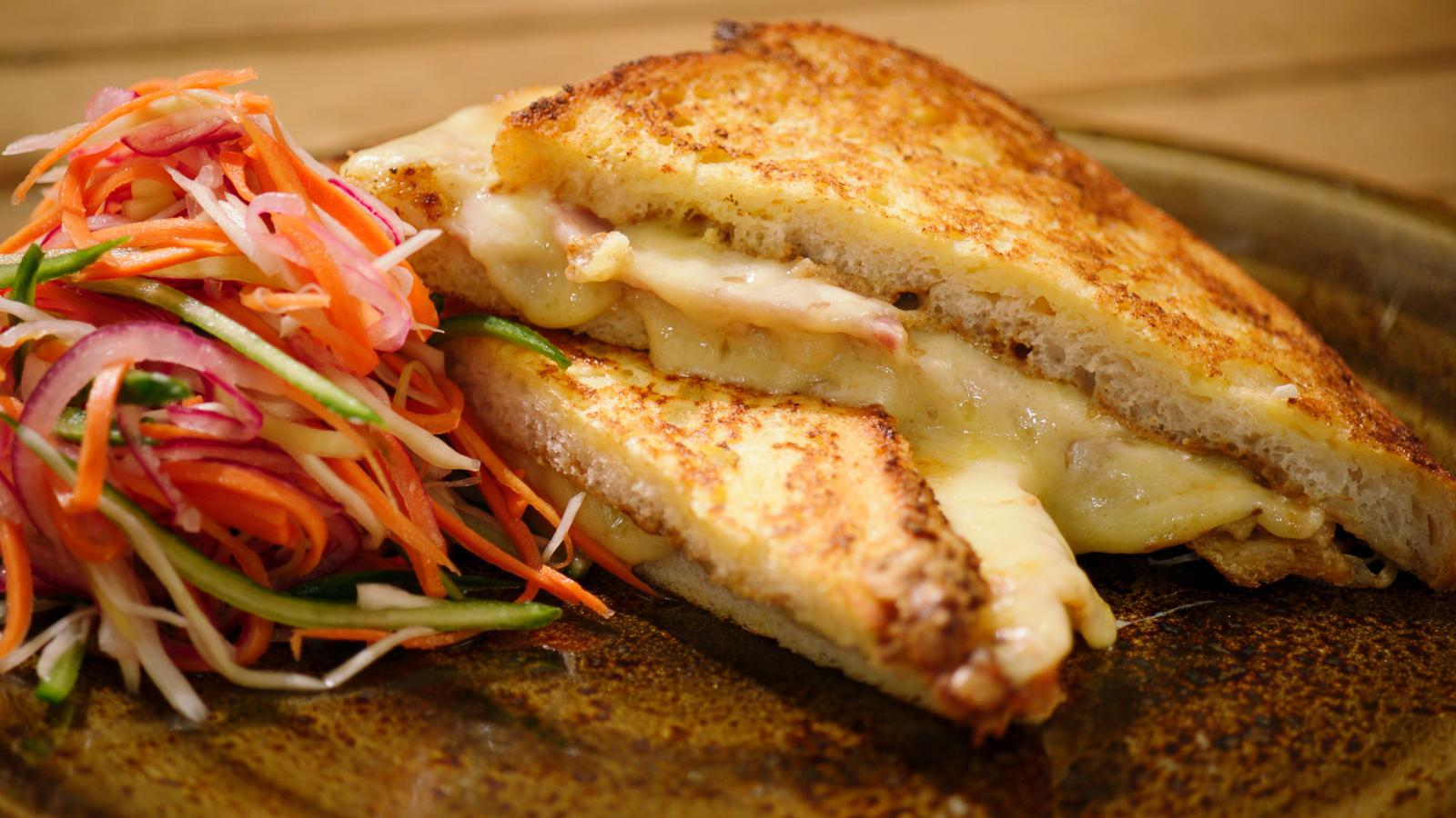 Monte Cristo sandwich met gemarineerde coleslaw
