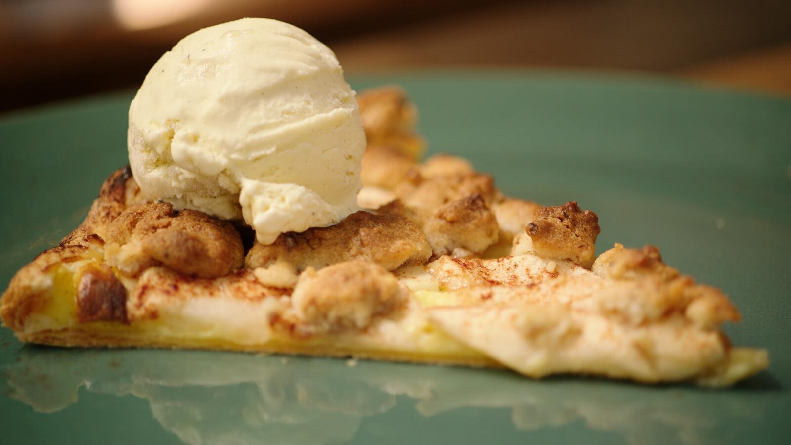 Bladerdeegpizza met appel, banketbakkersroom en walnotencrumble