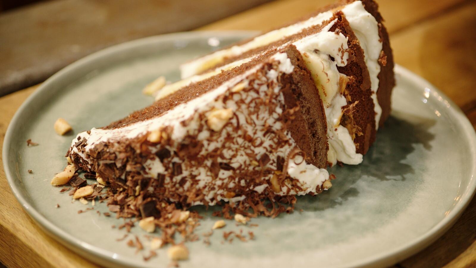 Chocoladebiscuit met pindakaas, banaan en slagroom