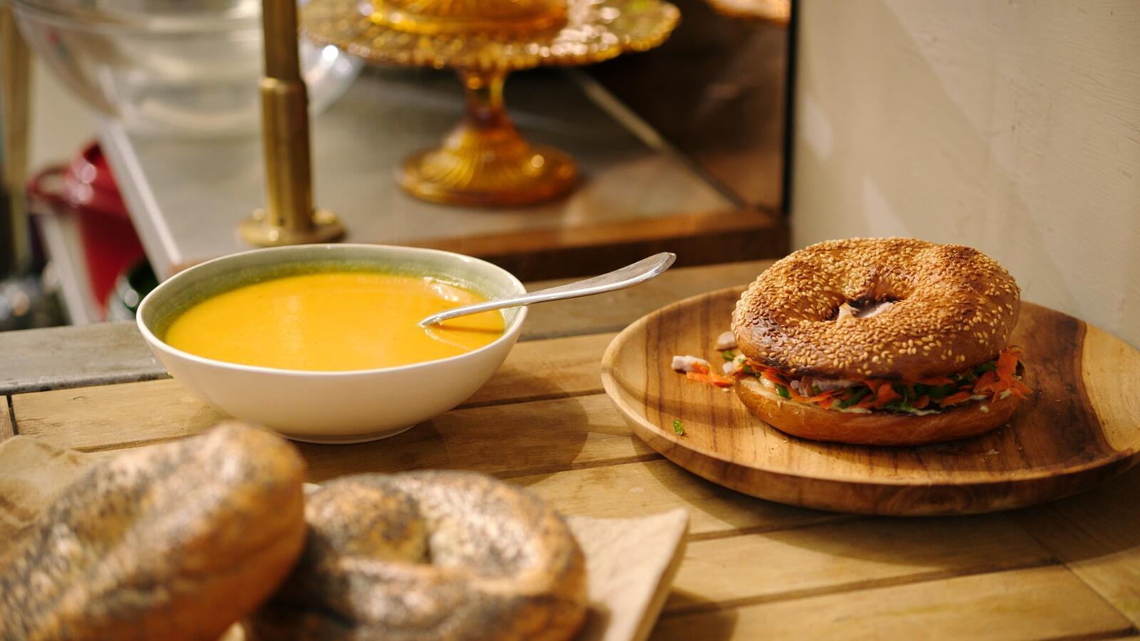 Wortel-gembersoep en bagel met kip en wortelsalade