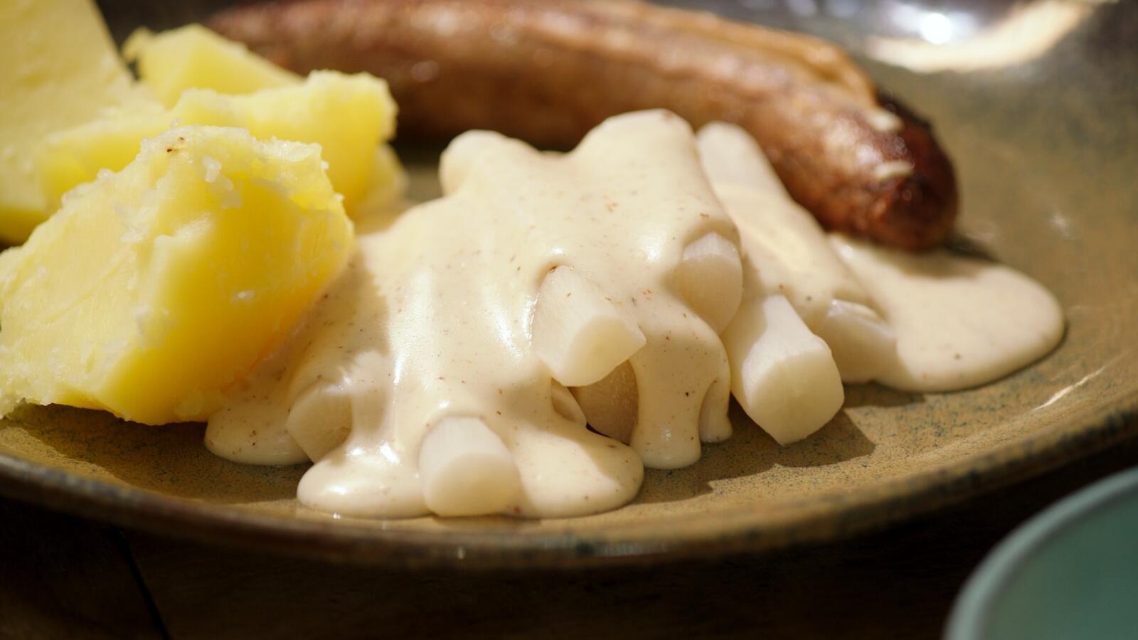 Worst met schorseneren in witte saus en gekookte aardappelen