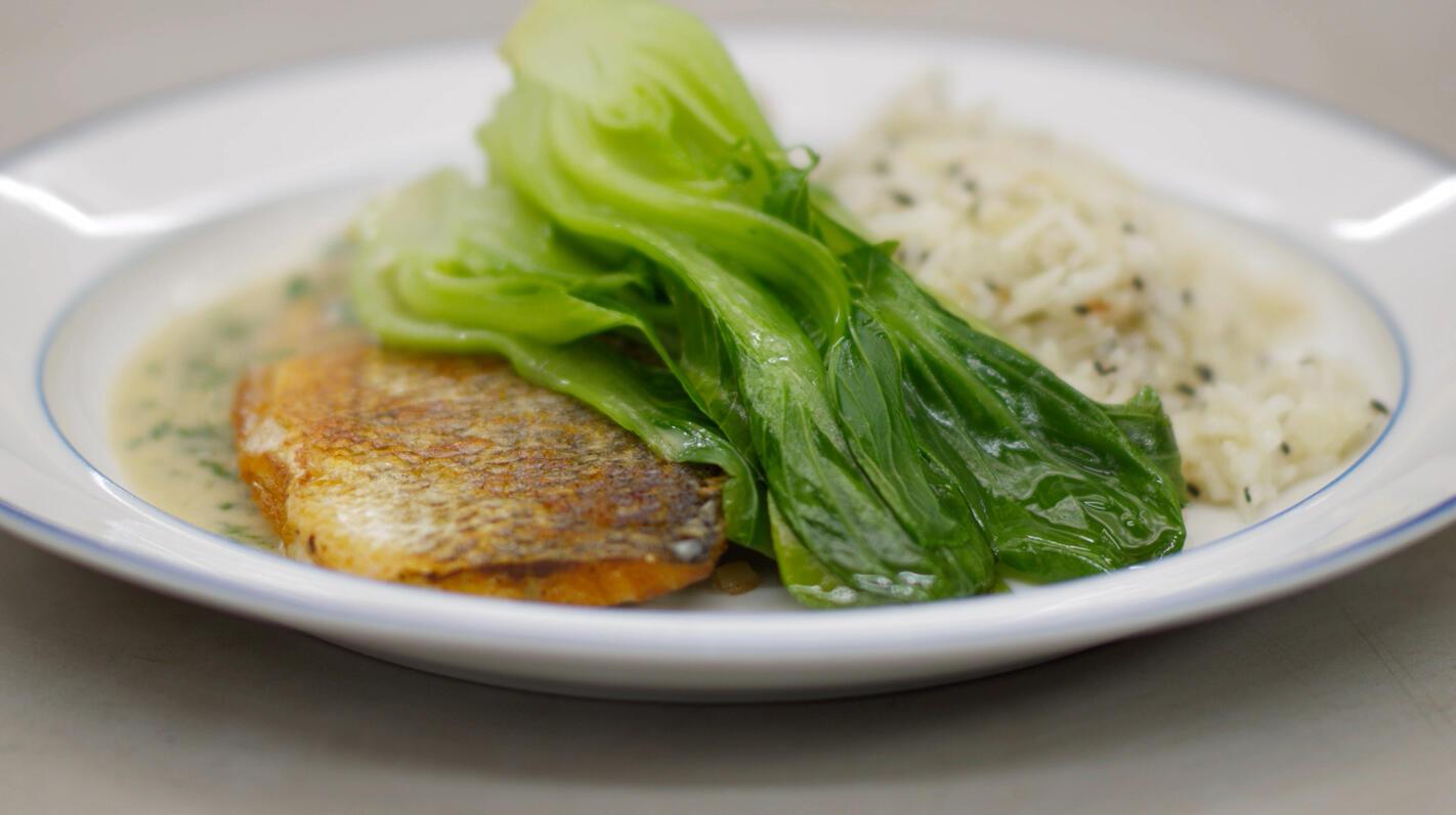 Gebakken zeebaars met groene curry, boksoi en sesamrijst