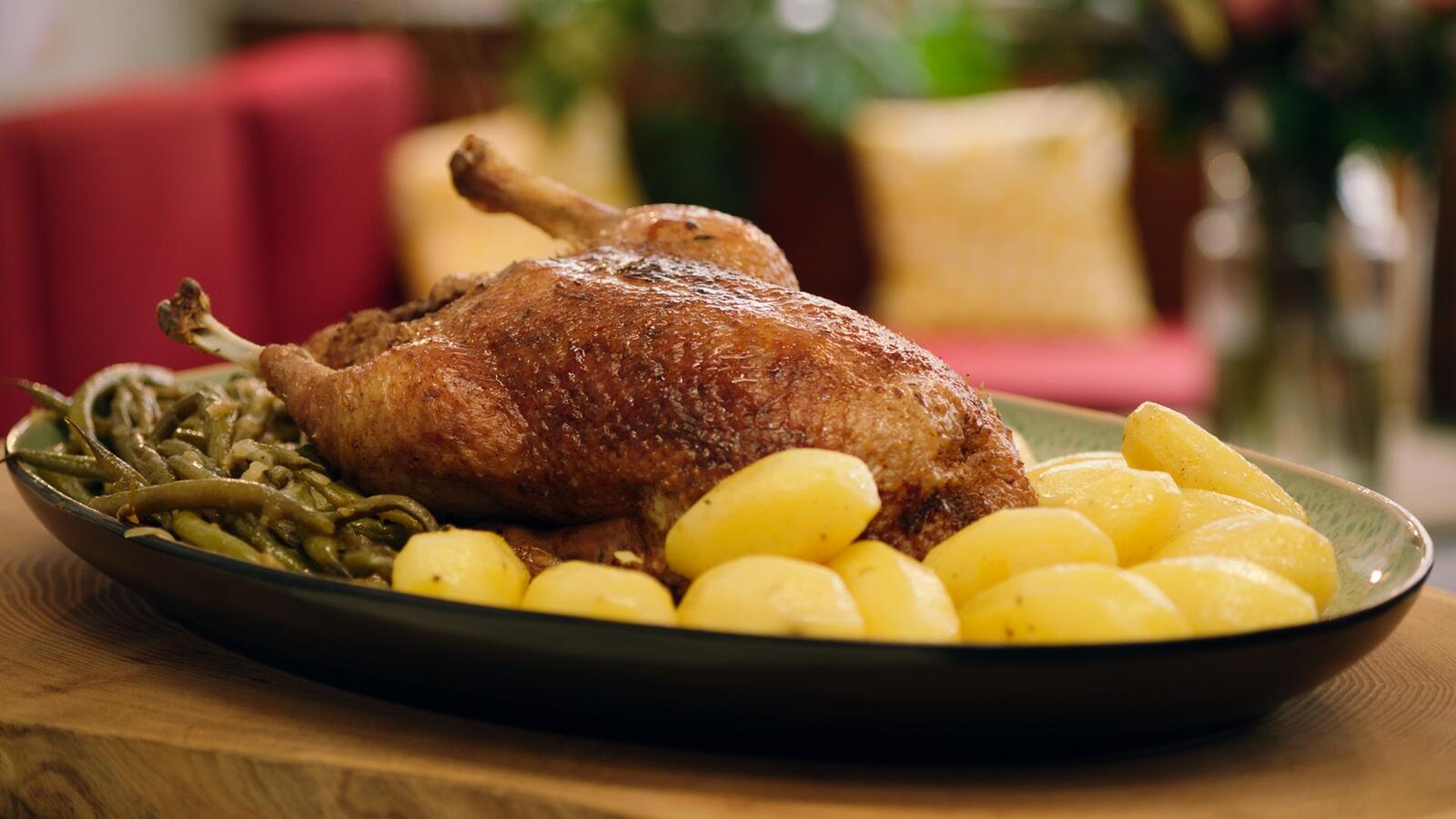 Gebraden eend met gekonfijte aardappelen en boontjes