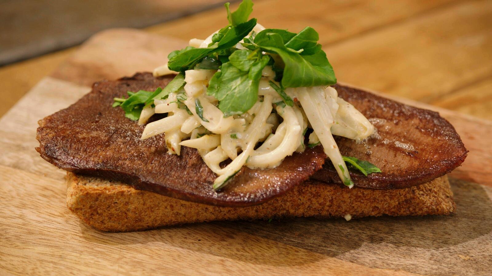 Toast met ossentong, knolselder en mosterdmayonaise