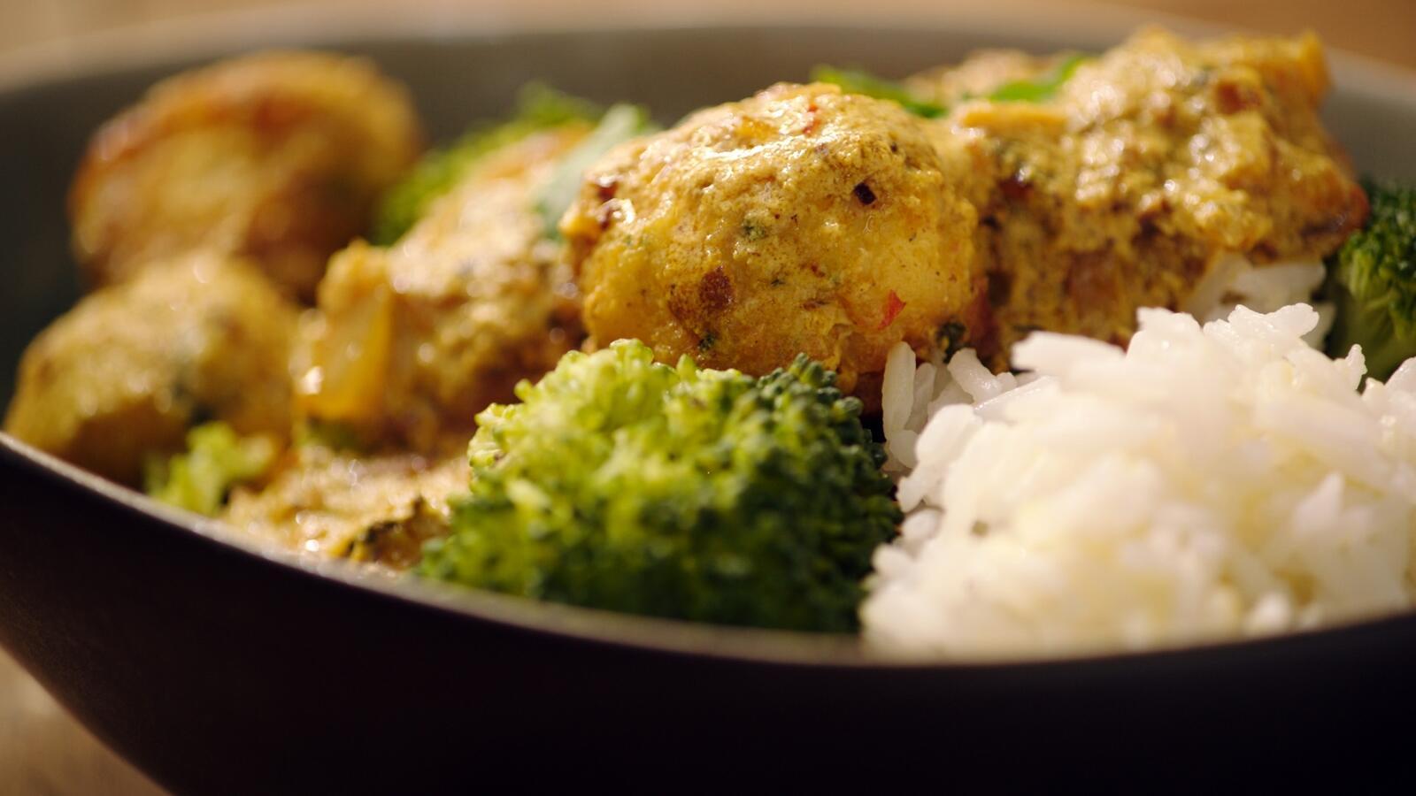 Viskefta met rijst en broccoli