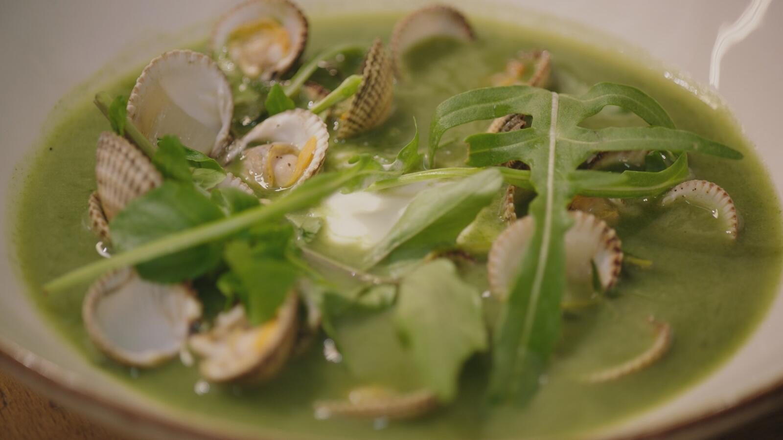 Soepje van waterkers en spinazie met kokkels en Oude Geuze
