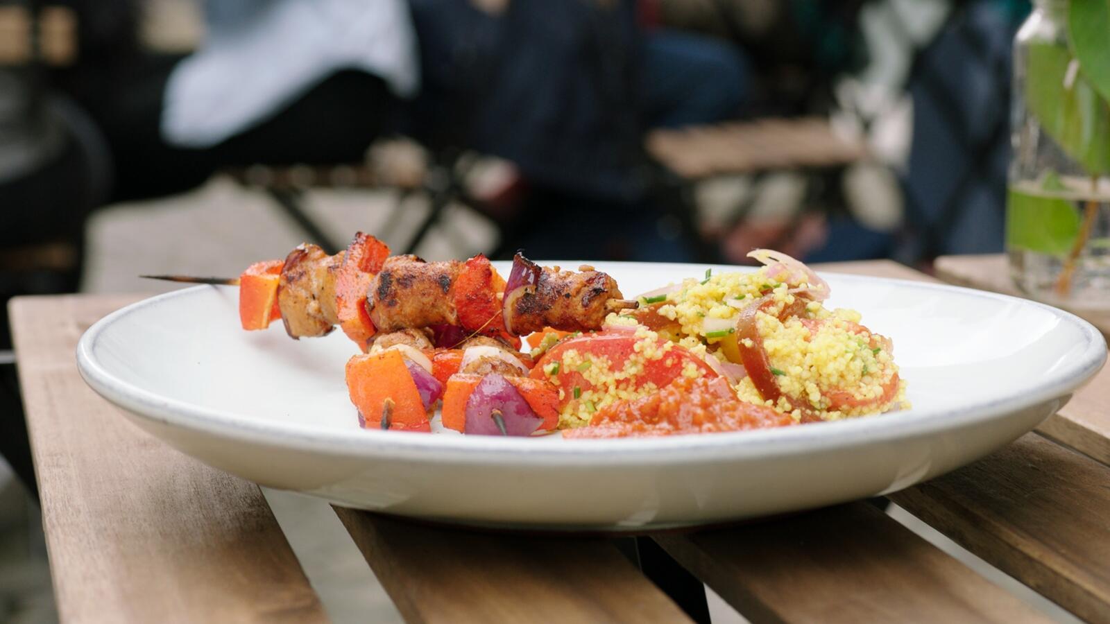 Brochette van merguez met een tomaten- en couscoussalade