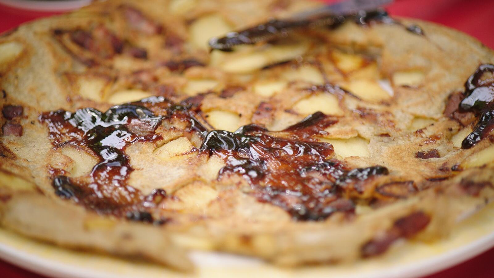 Boekweitpannenkoeken met spek en gebakken appeltjes