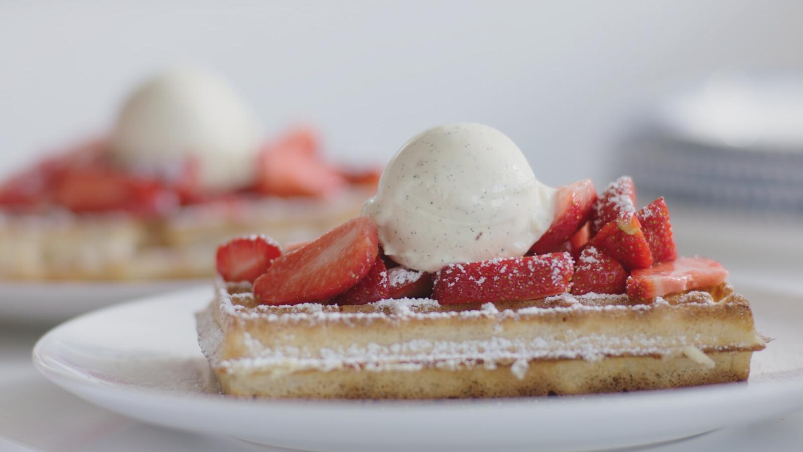 Brusselse wafel met vanille-ijs en aardbeien