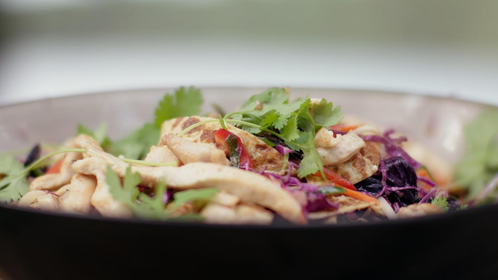 Thaise salade met kip, spitskool en omelet
