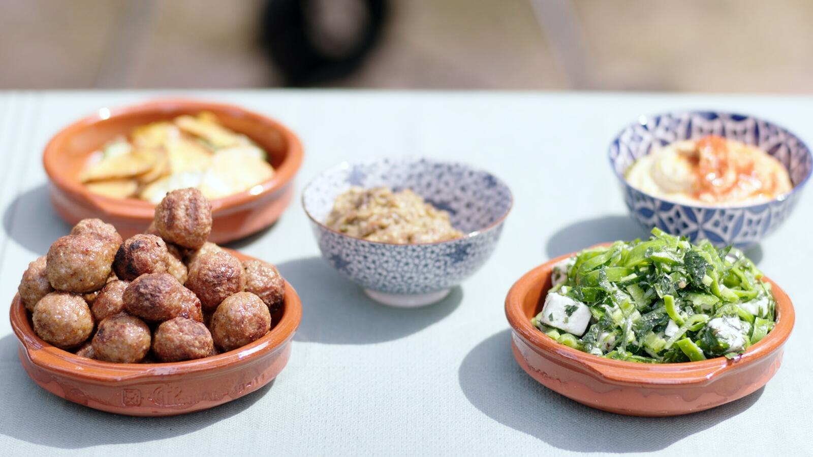 Paprikasalade, gehaktballetjes, baba ganoush en hummus