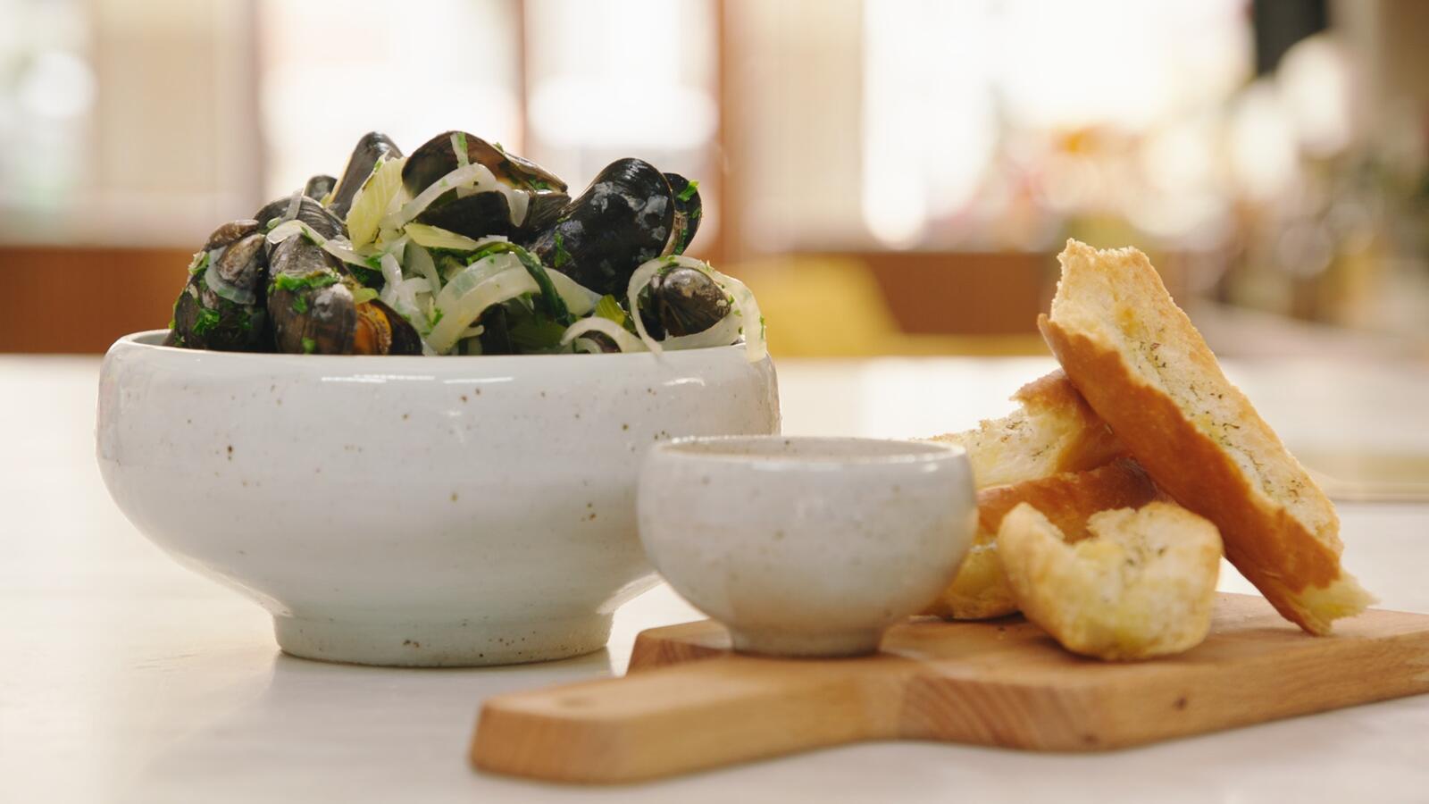 Mosselen met gremolata, mosselsaus en kruidenbroodjes