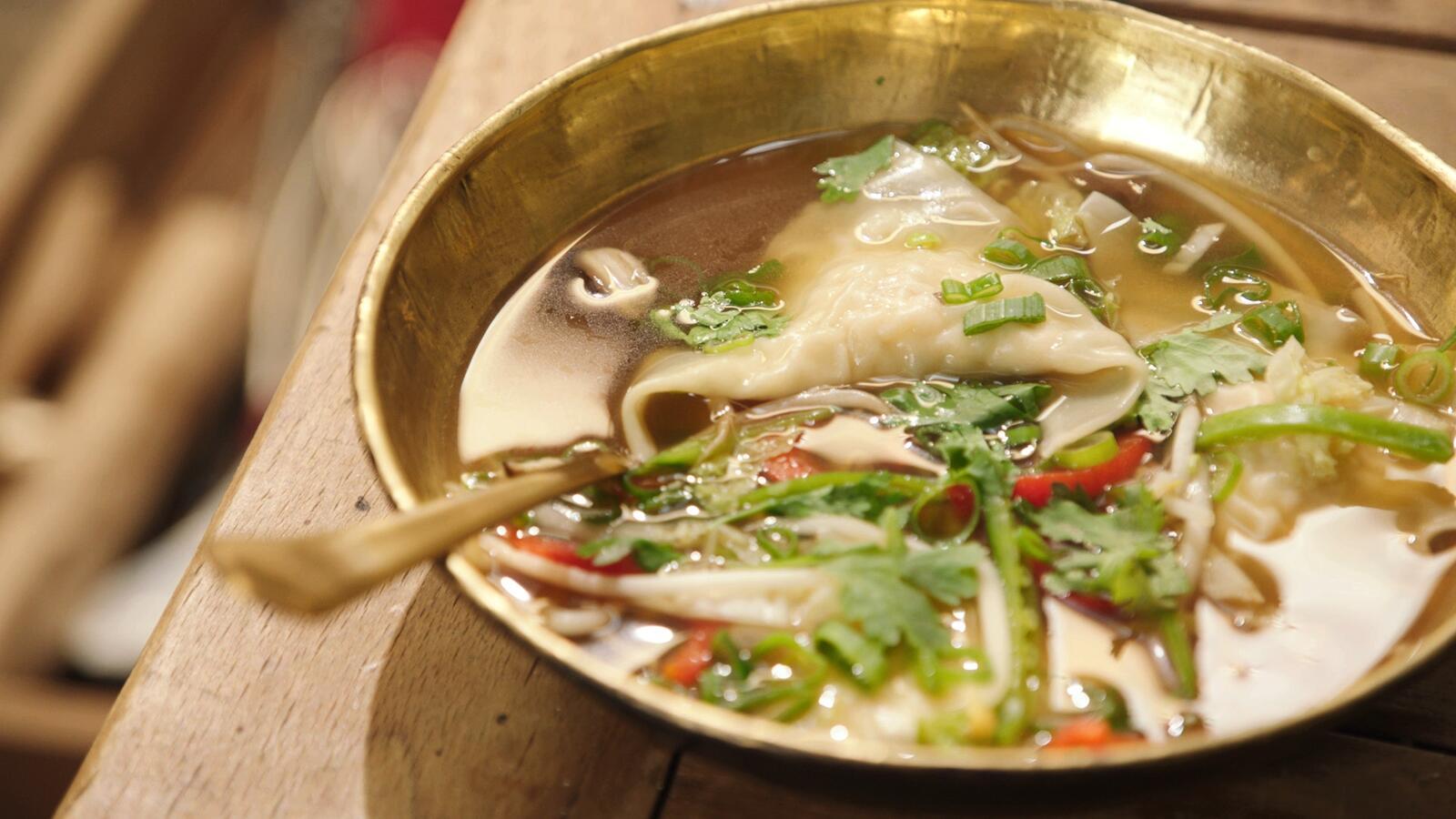 Wontons gevuld met pladijs in een Thaise groentesoep