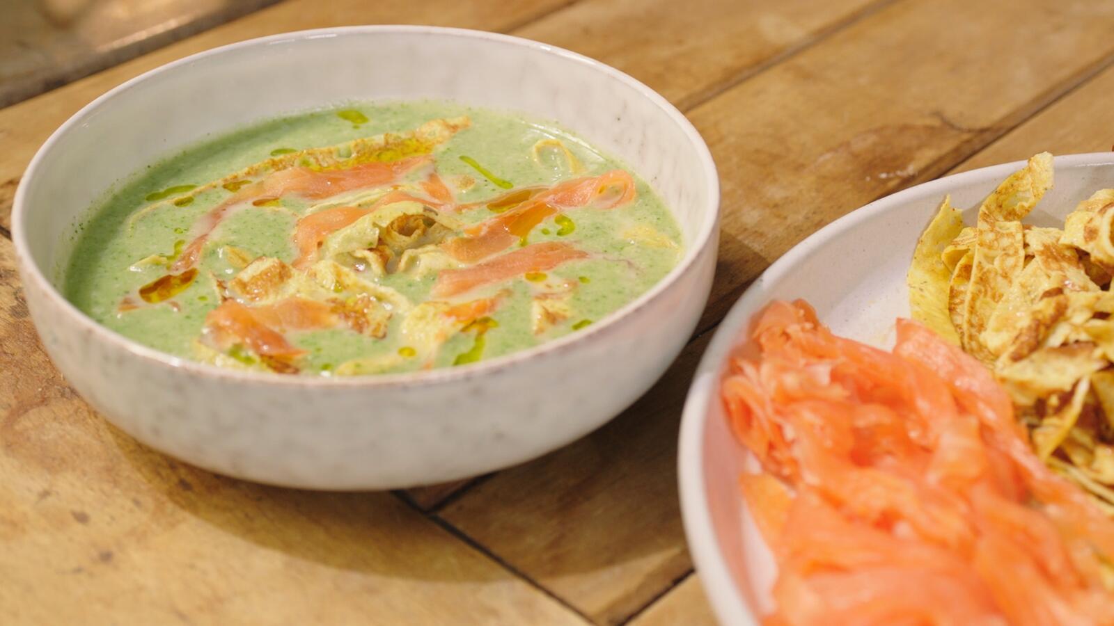 Koud soepje van waterkers met omelet en gerookte zalm