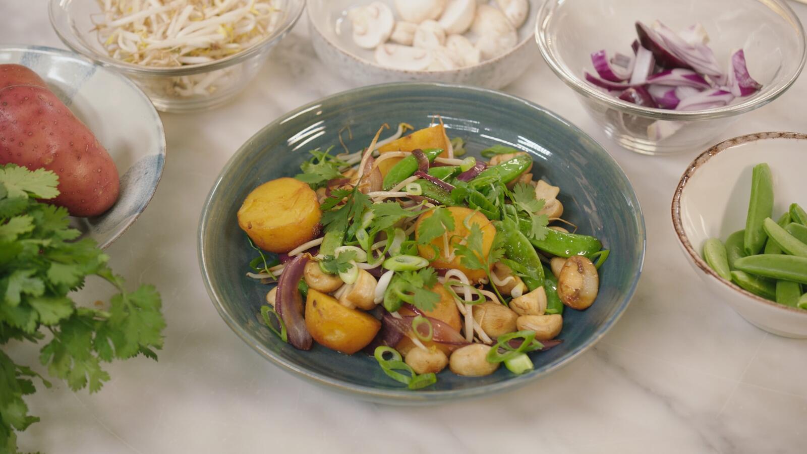 Aardappel in de wok met krokante groenten en woksaus