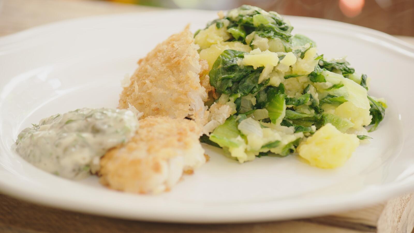 Gepaneerde wijting met remouladesaus en geplette aardappel met andijvie