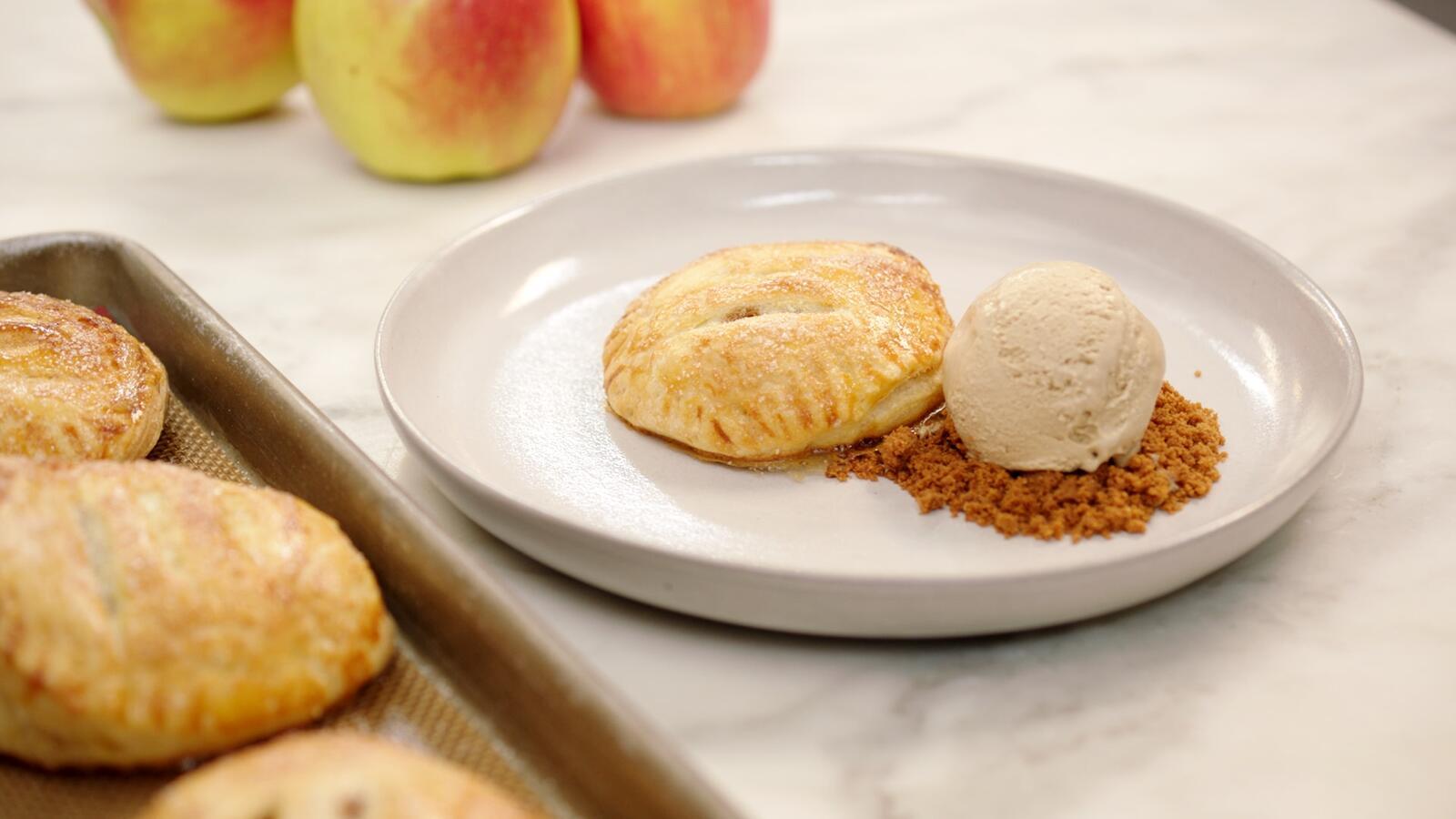 Bladerdeeggebakje met appel, mokka-ijs en speculaas