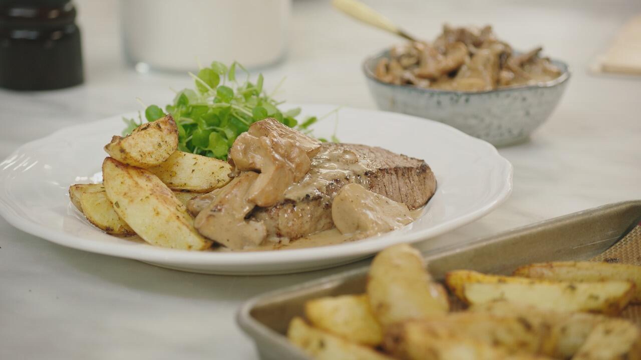 Steak met wilde boschampignonsaus, aardappelwedges en waterkers