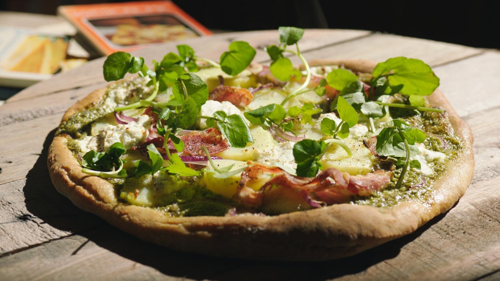Pizza met aardappel, ui, pancetta en verse geitenkaas