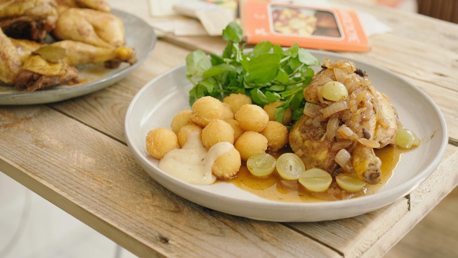 Piepkuiken met druivensaus en aardappelbolletjes